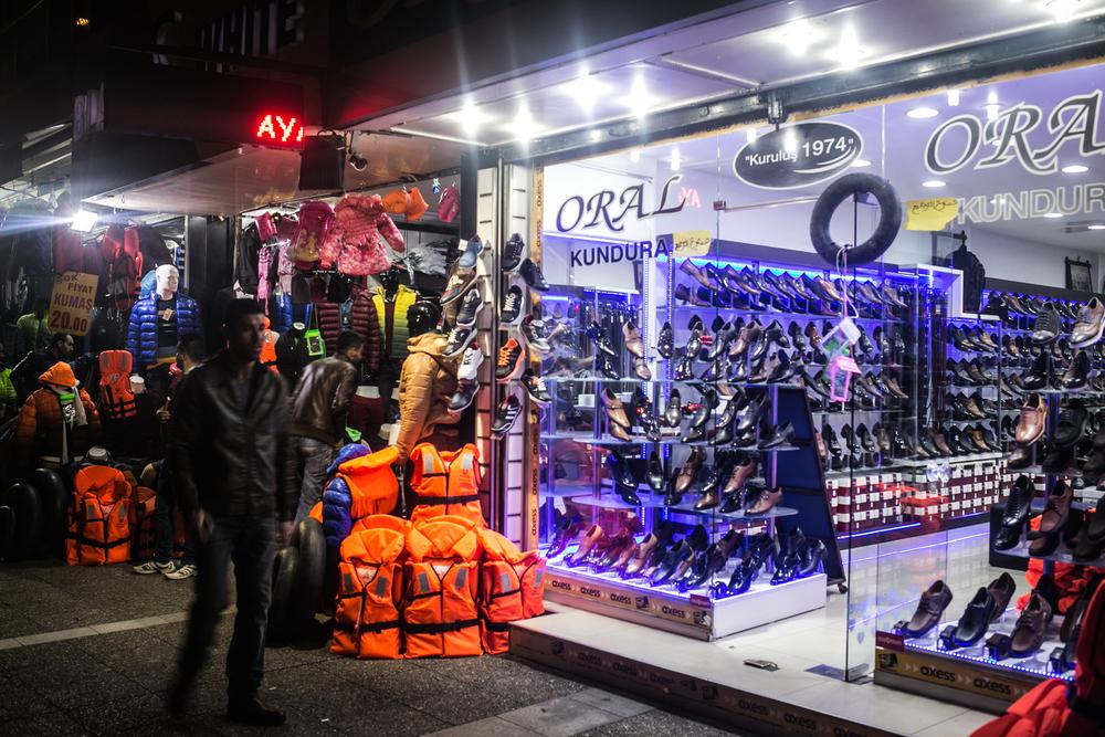 تقوم العديد من المحلات في بسمانه ببيع سترات النجاة كتجارة جانبية مربحة
