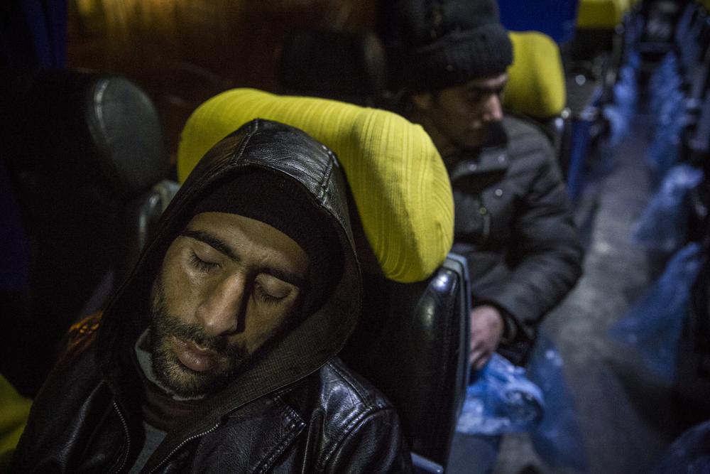 بعد عدة أيام من السفر عبر الغابات والتضاريس الوعرة، يحصل المهاجرون الأفغان على قسط من النوم استحقوه عن جدارة على متن حافلة متجهة إلى بلغراد