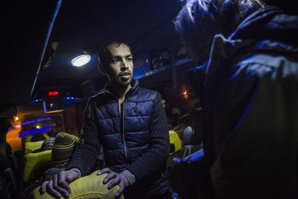شفيع الله مظفر البالغ من العمر 23 عاماً يساعد متطوعاً ألمانياً على التواصل مع اللاجئين الأفغان الآخرين