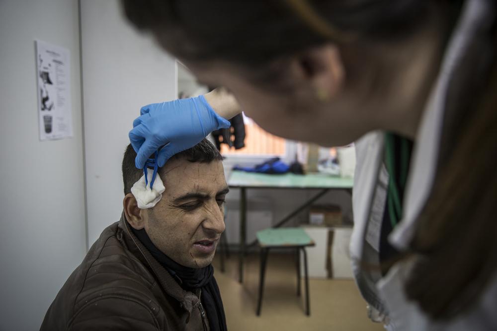 جافيد زمانخيل، البالغ من العمر 24 عاماً من قندوز في أفغانستان، مصاب بخدوش ويتلقى العلاج من الفريق الطبي التابع لمنظمة التحالف الدولي للصحة والمرأة
