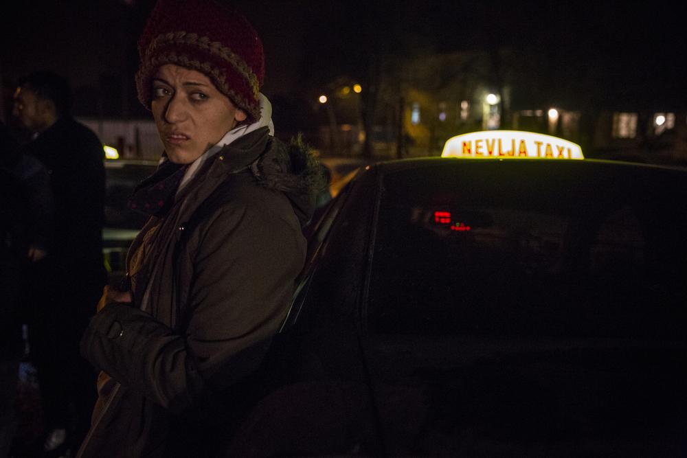 امرأة سورية تصل في سيارة أجرة مع لاجئين سوريين آخرين إلى مركز التسجيل في ديميتروفغراد. في كثير من الأحيان، يلتقط سائقو سيارات الأجرة المهاجرين الذين يصلون على مشارف البلدة أو إلى القرى المجاورة، ويتقاضون منهم مبالغ باهظة مقابل رحلة قصيرة، وفقاً للناشطين الموجودين على الأرض