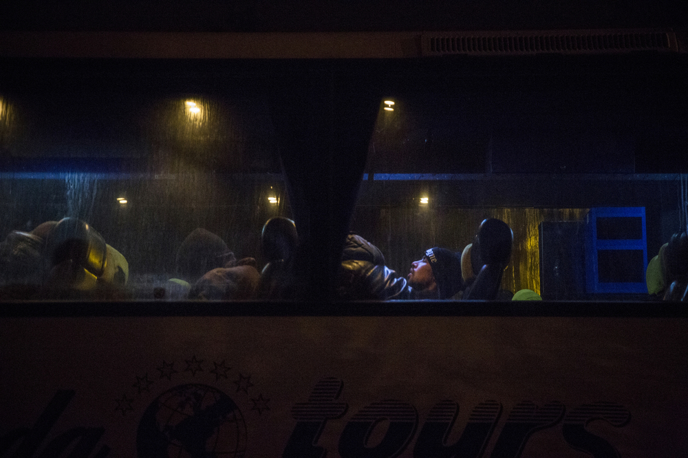 المهاجرون الأفغان ينتظرون أن تغادر الحافلة إلى بلغراد