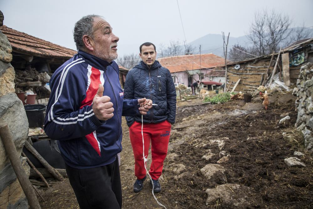ألكسندر ناكوف ووالده، ليوبومير، في مزرعتهما في غرادينا، على مقربة من الحدود البلغارية، حيث يقول الأب أنه كثيراً ما يرى المهاجرين يمرون بالقرب من منزله