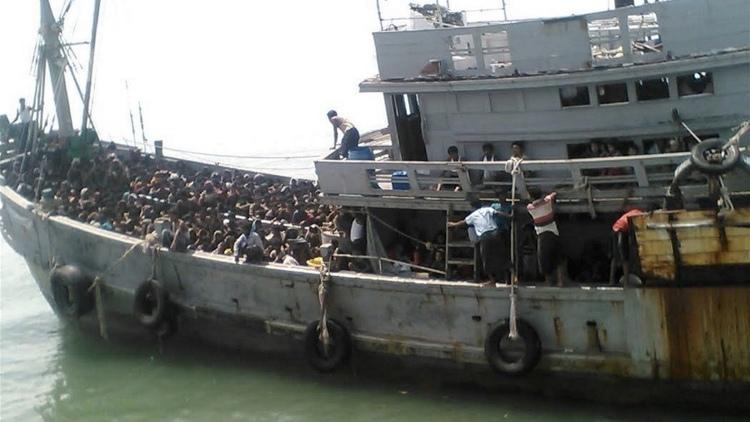 قصة نجاة صبيين من الروهينجا بأعجوبة بالنسبة لآلاف الروهينجا الذين يعيشون في مخيمات مزرية ويعانون من التمييز في ميانمار، يعتبر الهروب إلى حياة جديدة فرصة مغرية. ولكن في نهاية المطاف ينتهي الحال بالكثيرين منهم في مخيمات في الغابات، والاحتجاز للحصول على فدية، أو تتقطع بهم السبل على متن قوارب في عرض البحر.