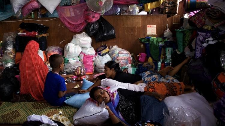 اختفاء اللاجئين الروهينجا من إندونيسيا     في الأشهر الأخيرة، اختفى مئات اللاجئين الروهينجا من المخيمات في المناطق الشمالية من جزيرة سومطرة الإندونيسية، مما يثير مخاوف من أن يكونوا قد بدؤوا يلجئون مرة أخرى لعصابات التهريب الخطيرة في محاولة للوصول إلى ماليزيا.