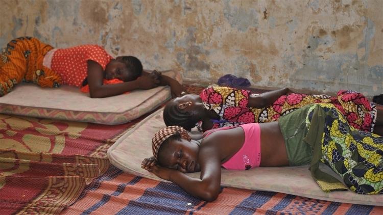 نيجيريا تقول 'عودوا إلى دياركم'، ولكن هل هي آمنة من بوكو حرام؟ تعتزم الحكومة النيجيرية البدء في إغلاق مخيمات النازحين من جراء الصراع مع بوكو حرام بنهاية شهر ديسمبر، مما يضطر آلاف الأشخاص إلى العودة إلى نفس الأماكن التي فروا منها. وفي ظل حقيقة أن جزءاً كبيراً من شمال شرق نيجيريا لا يزال غير آمن إلى حد كبير ويفتقر إلى البنية التحتية، فإن الكثيرين يعيشون في حالة ذعر. فهل يحدث ذلك في وقت قريب جداً؟