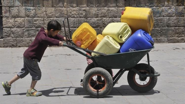 حل مشكلة المساعدات لليمن       مع بدء سريان وقف جديد لإطلاق النار في اليمن، تتدافع المنظمات الإنسانية للاستفادة من الهدوء للوصول إلى الفئات الضعيفة. ولكن مشكلات الإمداد والتوزيع تعرقل جهودها كما أنها لا تعرف كم من الوقت سوف تستمر الهدنة.