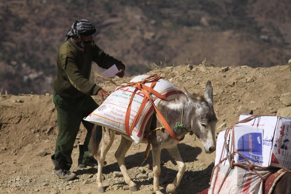Pour se rendre à Taëz, les contrebandiers empruntent un sentier de montagne