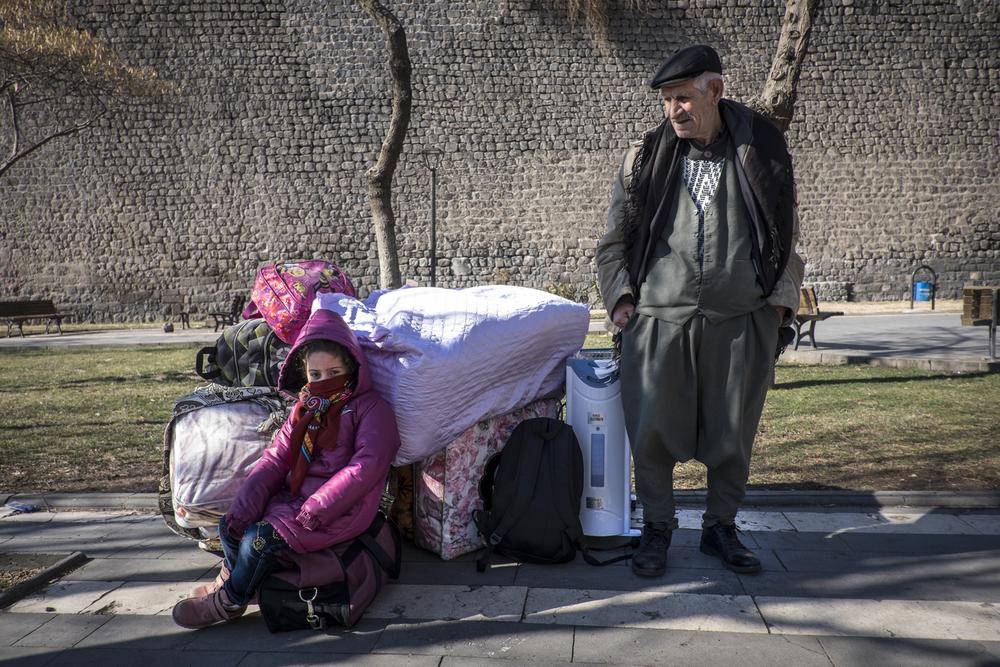 نياز تانليكولو مع حفيدته أليف، بعد ساعات قليلة من تمديد حظر التجول في سور