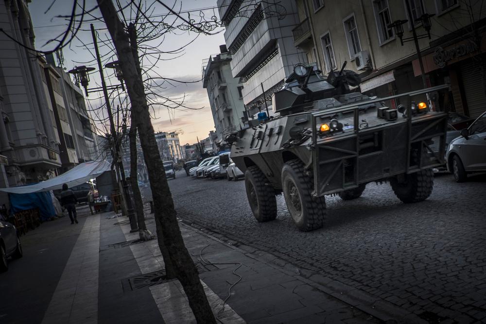Les forces de sécurité turques et les milices proches du PKK s'affrontent dans les rues de Diyarbakir