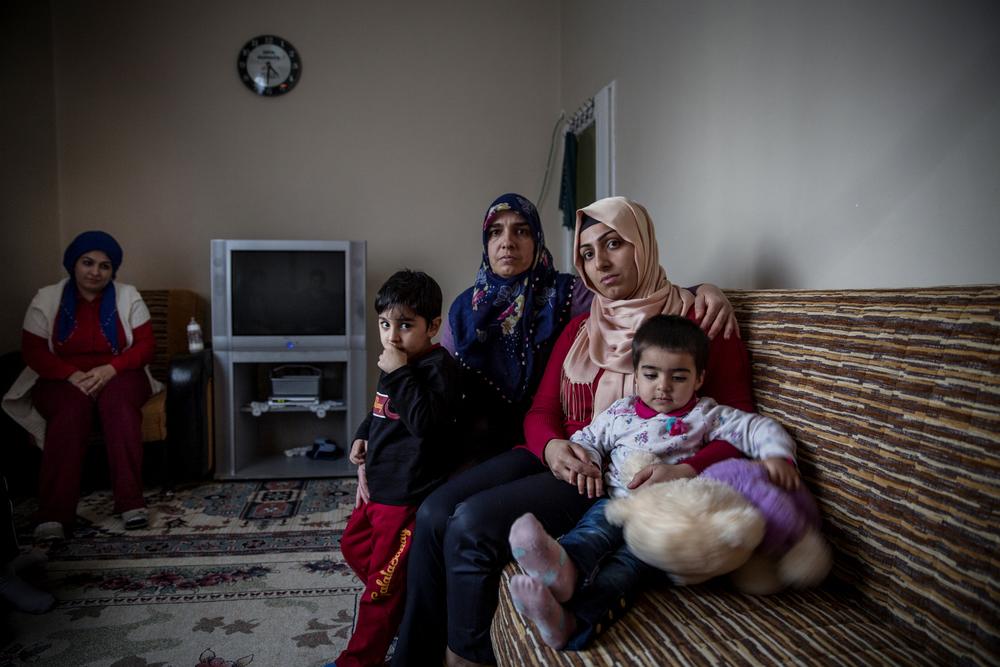 Hamide Arik et ses deux enfants partagent maintenant un deux-pièces avec six autres membres de leur famille