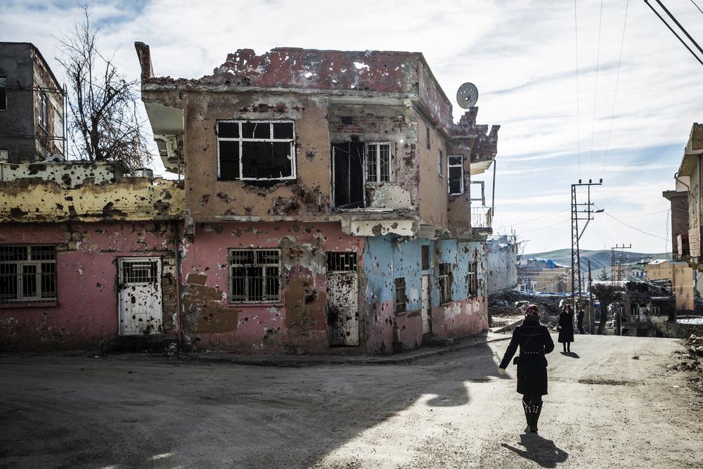 Des habitants de Silvan, dans la province de Diyarbakir,sont revenus dans leurs maisons criblées de balles après la levée du couvre-feu en novembre