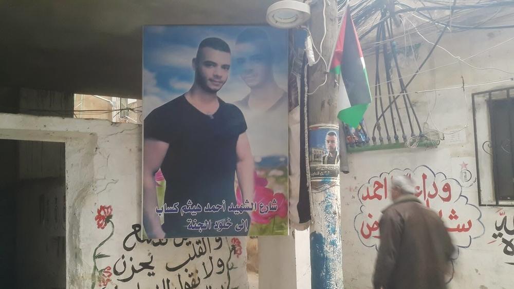 ملصق لأحد الشباب من سكان المخيم الذي لقي حتفه بينما كان يحاول إصلاح كابلات الكهرباء