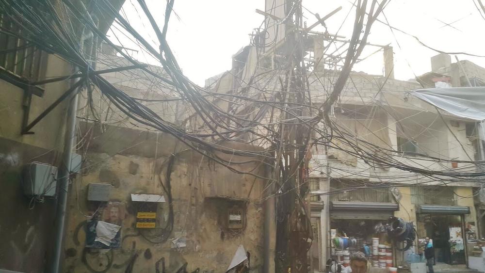 كابلات الكهرباء المتشابكة تشكل مصدراً دائماً للخطر