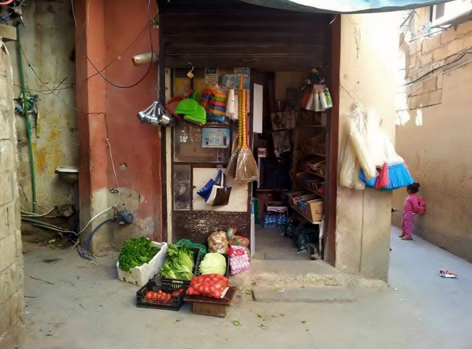 تنتشر محلات صغيرة مثل هذا في مختلف أرجاء المخيم