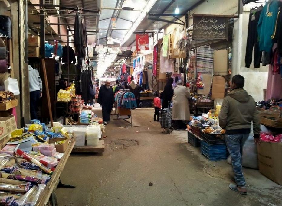 يضم المخيم أسواقه الخاصة التي تبيع كل شيء من الطعام إلى الملابس
