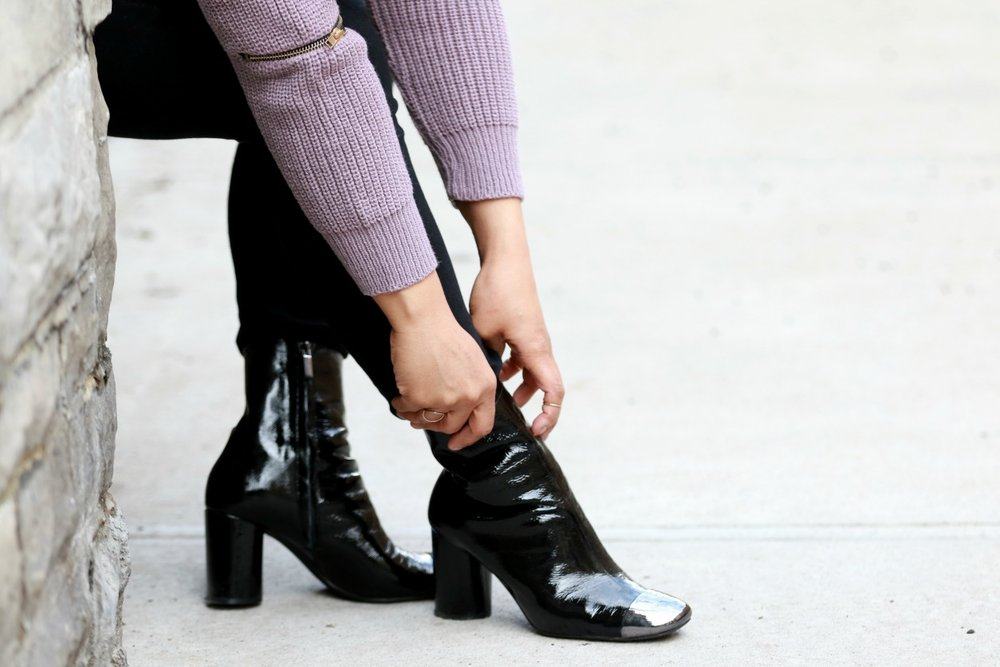 sweater with zipper detail, cap toe black Zara boots, NYC style blogger Miriam Morales