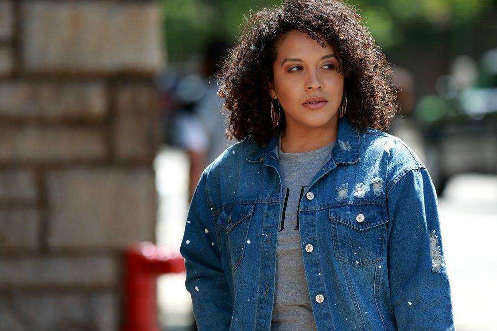 Jean Jacket & tshirt ootd, curly hair, style blogger Miriam Morales
