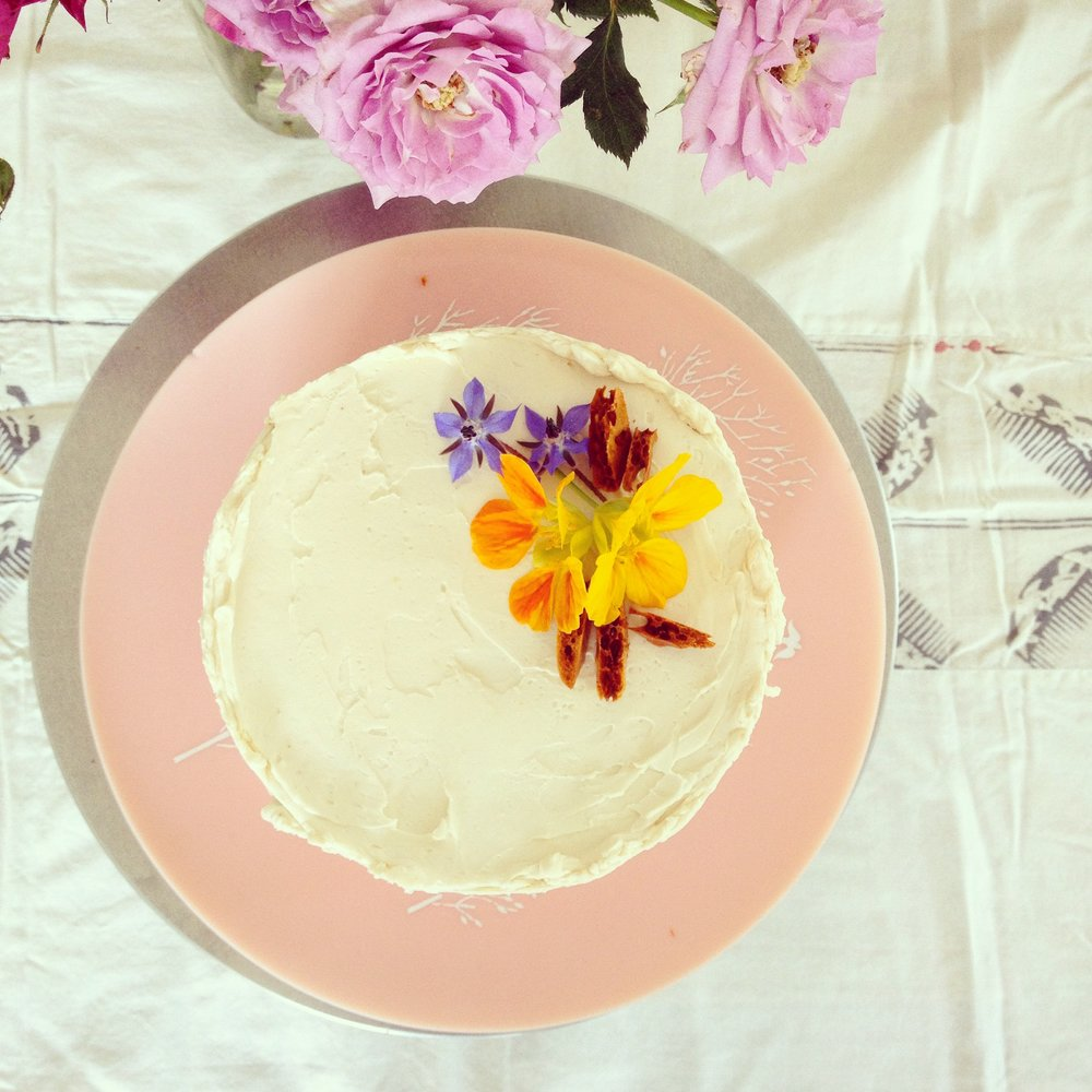 Brown butter+black cardamom cake with fresh peaches and honey buttercream