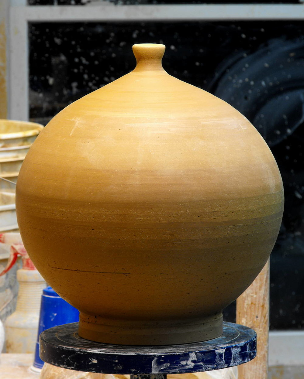 pottery technique round spherical closed form potter's wheel