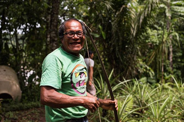 One of the elders of the native community of Shintuya had a great time showing us how to properly shoot a bow and arrow! Each arrow is made to hunt a specific species of animals and have different sized points. Arrows are covered by the feathers of different birds, ranging from macaws to toucans, and are made from the bark of a type of Amazonian palm tree. Due a lack of priority to culture in the education of the youth, this tradition is slowly disappearing and being done only for tourism purposes. 📷: @lina_collado
