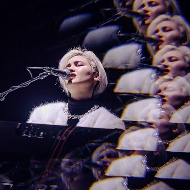 More of this statement crystal necklace on Donna Zed, this time before thousands in Amsterdam 😍 #ontour & #onstage w/ @donnazed 📸 @aboutconcerts . . . . . . #naomiwalsky #donnazed #statementpiece #necklace #crystal #jewelry #showtime #amsterdam #concert #musician #style #styling #piano #totallook #suchababe #flawless #musicianstyle