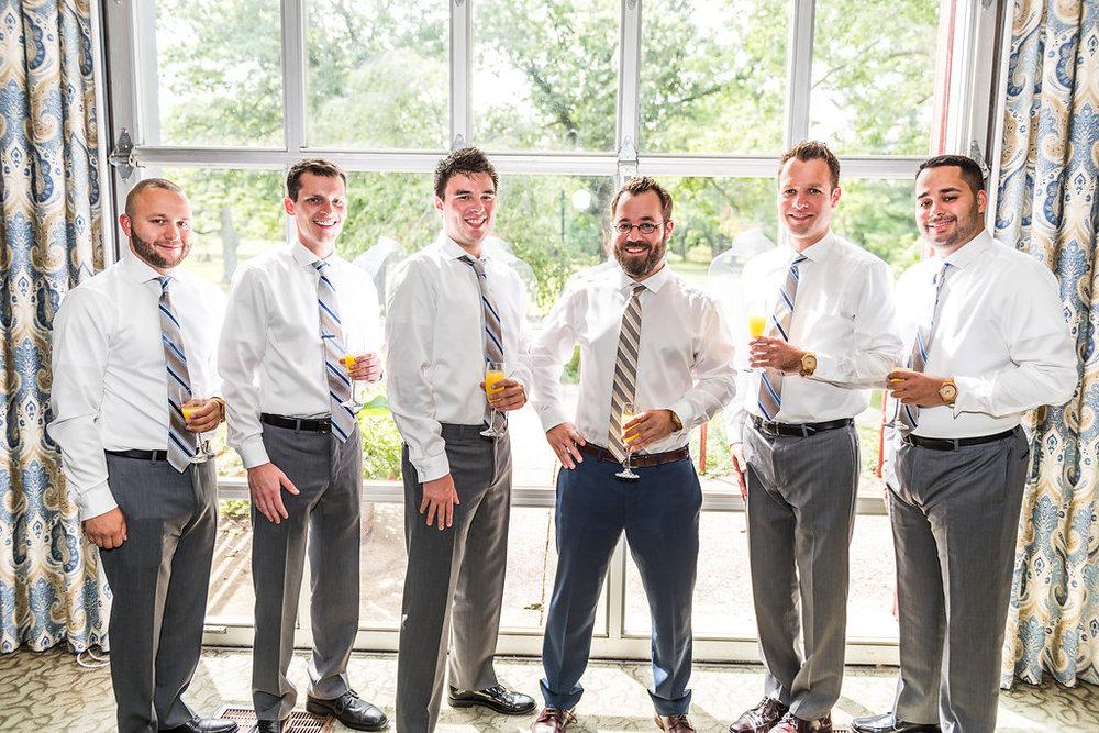 groomsmen-share-mimosas