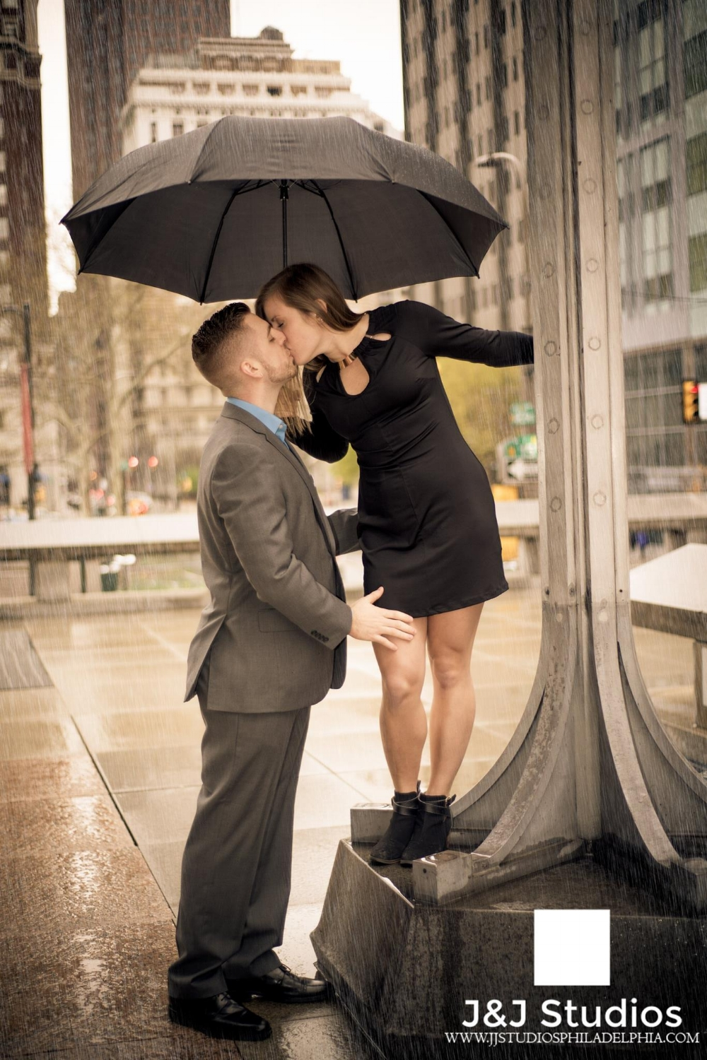 rainy-city-hall-engagement-shoot-philadelphia