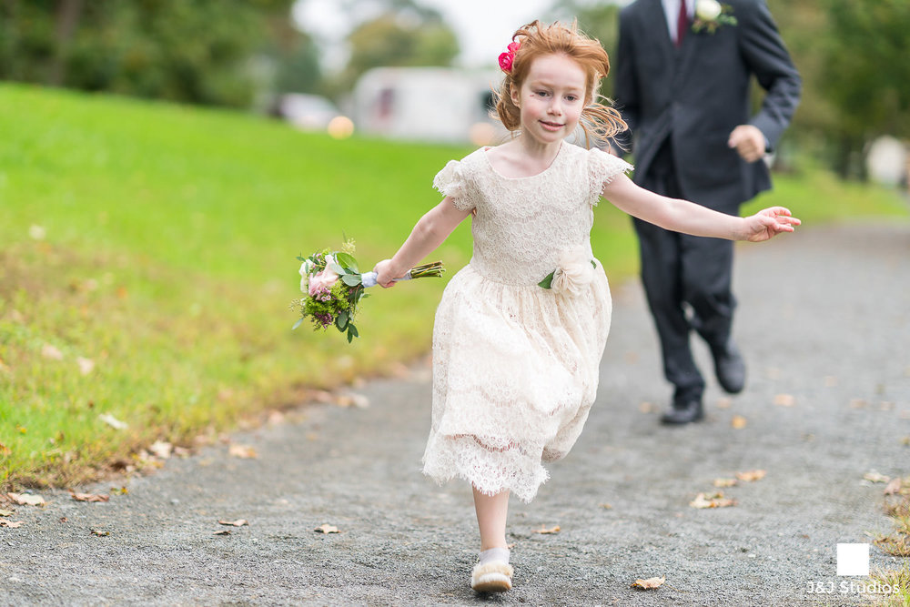 flower-girls-runs-down-aisle