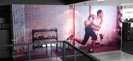 Niken toimistotilojen graafisen ilmeen päivitys  Kokoustilat, yleiset tilat, tuote-esitelyhuoneet ja vastaanotto päivitettiinuusilla, ajankohtaisilla kuvilla muodista ja urheilutähdistä.