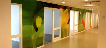 Seinät heräsivät eloon Arlan pääkonttorissa:kukilla koristellut frosted-kalvot, jotka antavat näkösuojaa muun muassa kokoustiloille.