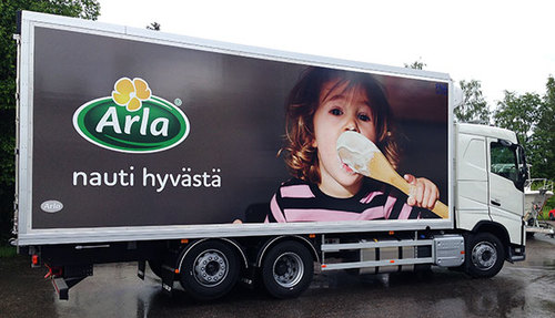 Arlanyritysmainonnan uutta ilmettä koko ajokalustoon Pohjois- ja Skandinavian maissa.