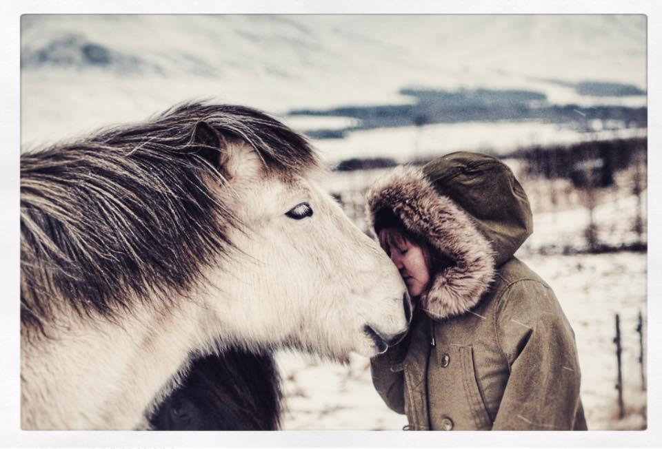 Mallý og hestur.jpg