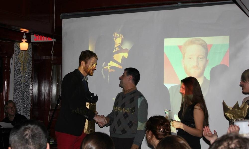 Julien, recevant le trophée de Meilleur Avant de l'Équipe 1 Masculine
