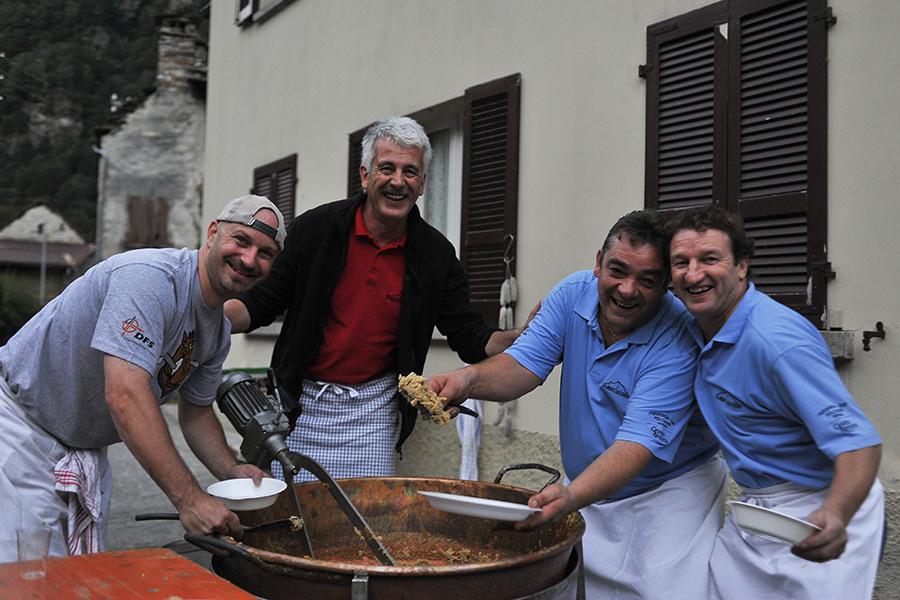 Il sindaco e team preparando la polenta (foto Federico Sutera)