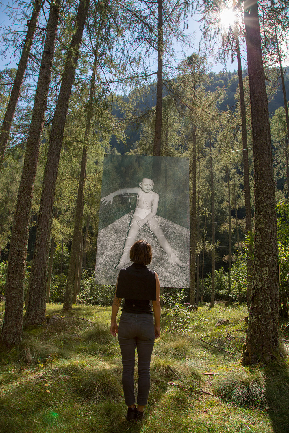 Jagoda Wiesnewska (Poland) with there artwork in the Redorta Valley   (photo Pietro Tafaro, Switzerland)