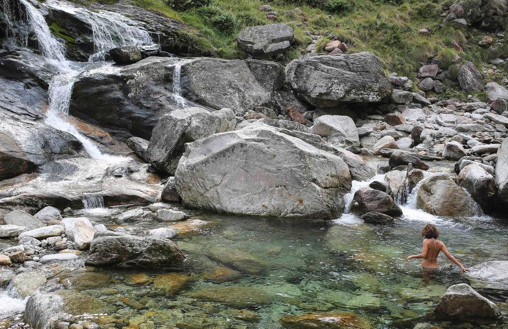 bath in the Verzasca river  (photo Yann Gross, Switzerland)