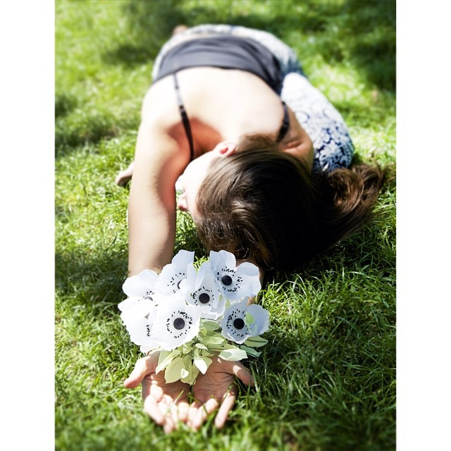This photoshoot that I did with @yogogirls continues to impress me! Not only did she make these #paperflower anemones look amazing, my pigeon pose came out pretty nice too! #yogaandflowers #mytwofavethings (at Prospect Park)