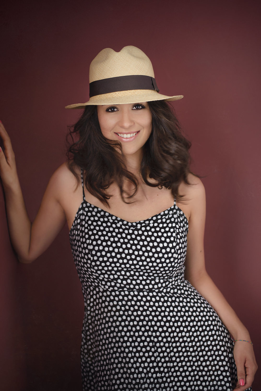 Sesion-fotos-mexicali-retrato-el-mundo-de-fa-vestido-blanco-negro-sombrero