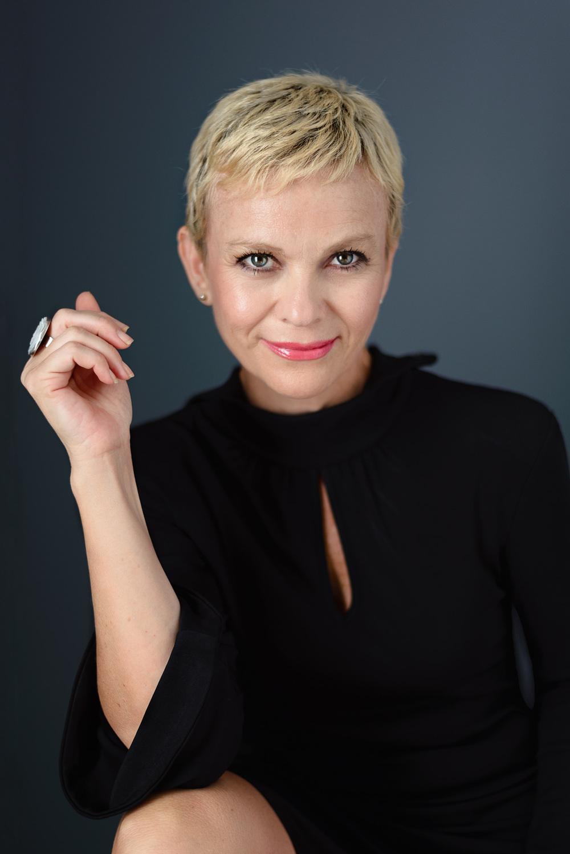 Sesion-fotos-mexicali-retrato-Carla-Cota-blond-Black-dress