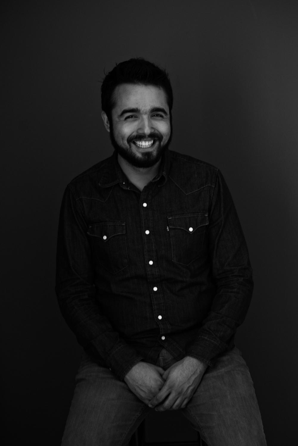 Sesion-fotos-mexicali-retrato-couples-Oscar-jeans-camisa-mezclilla-blanco-negro-sitdown