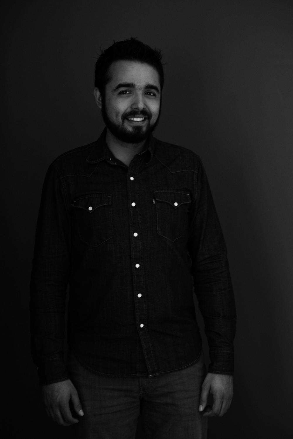 Sesion-fotos-mexicali-retrato-couples-Oscar-jeans-camisa-mezclilla-blanco-negro-stand