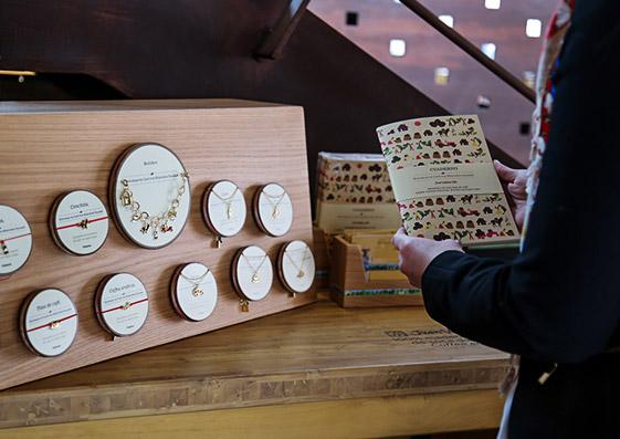 MERCEDES SALAZAR: HISTORIAS DE CAFÉ  Dirección de arte, copy, diseño de display para las tiendas de Juan Valdez y diseño de piezas promocionales, etiquetas, habladores y packaging para la alianza de la marca Mercedes Salazar con la Federación Nacional de Cafeteros de Colombia.