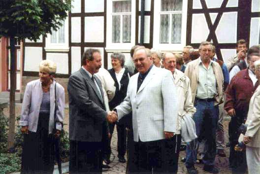 Heuthen September 2001 - Bürgermeister Michael Kühn heißt Niederelberter Ortsbürgermeister Willi Müller und Ortsgemeinderatsmitglieder sowie Vereinsvorsitzende herzlich willkommen