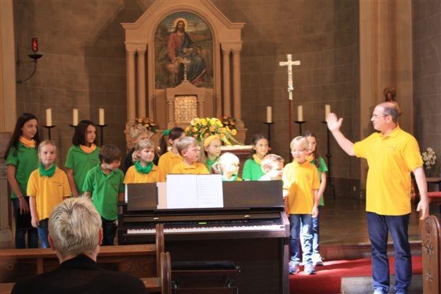Kinderchor Buchfinken unter der Leitung von Herrn Mario Siry