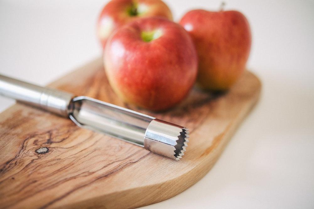 Mit einem Apfelausstecher geht es super schnell