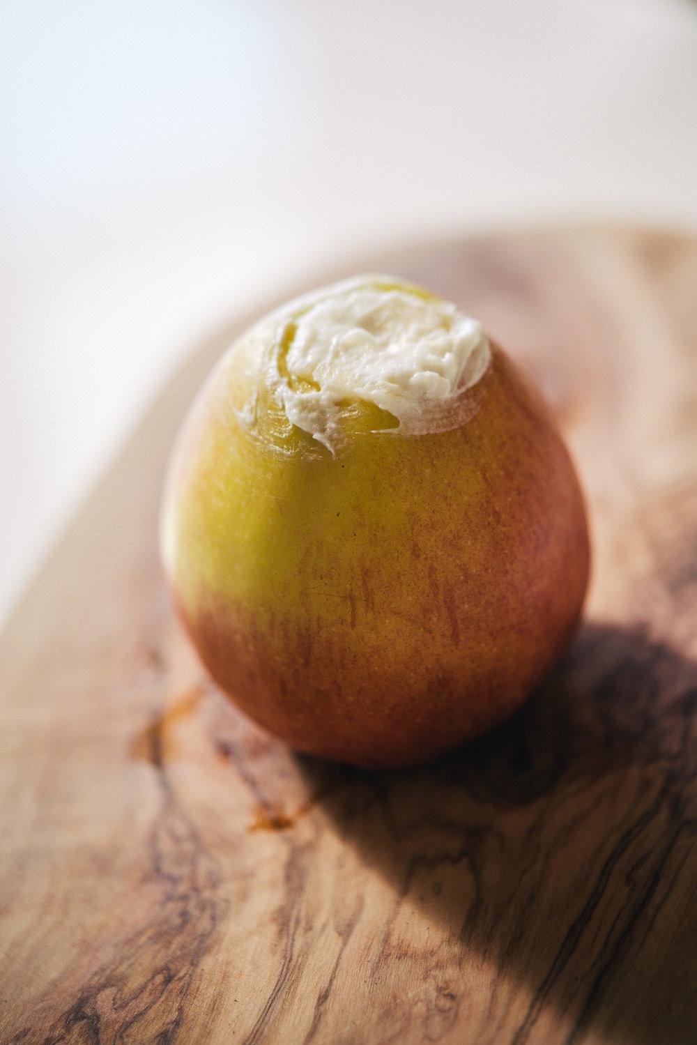 Apfelkong gefüllt mit Quark und Banane