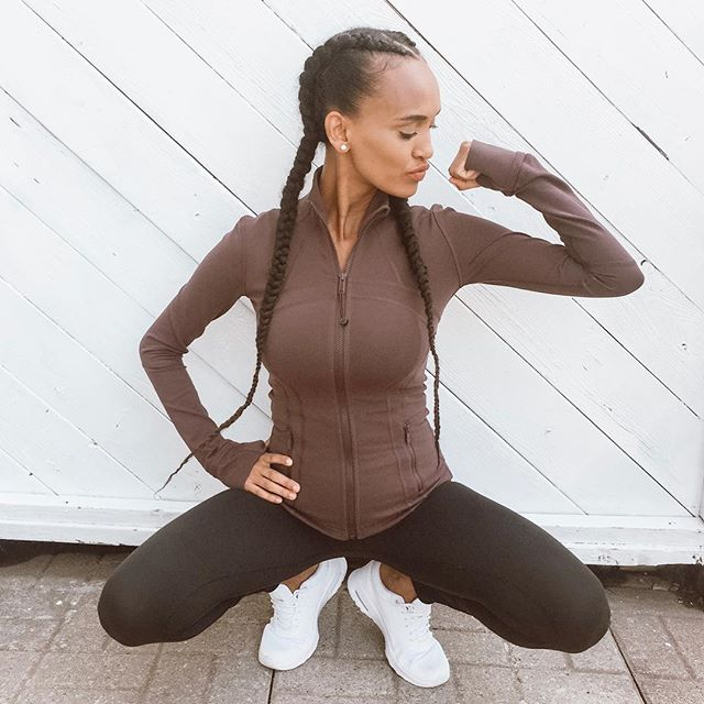 When work out clothes make you feel like you're ready to take over the world. As a mom I honestly don't think there is anything better, holds everything in and comfort level is 💯 . . . Is it me or are workout clothes like the best thing in this world especially ones from @lululemonto #musclestofollow #skinnyisthenewstrong