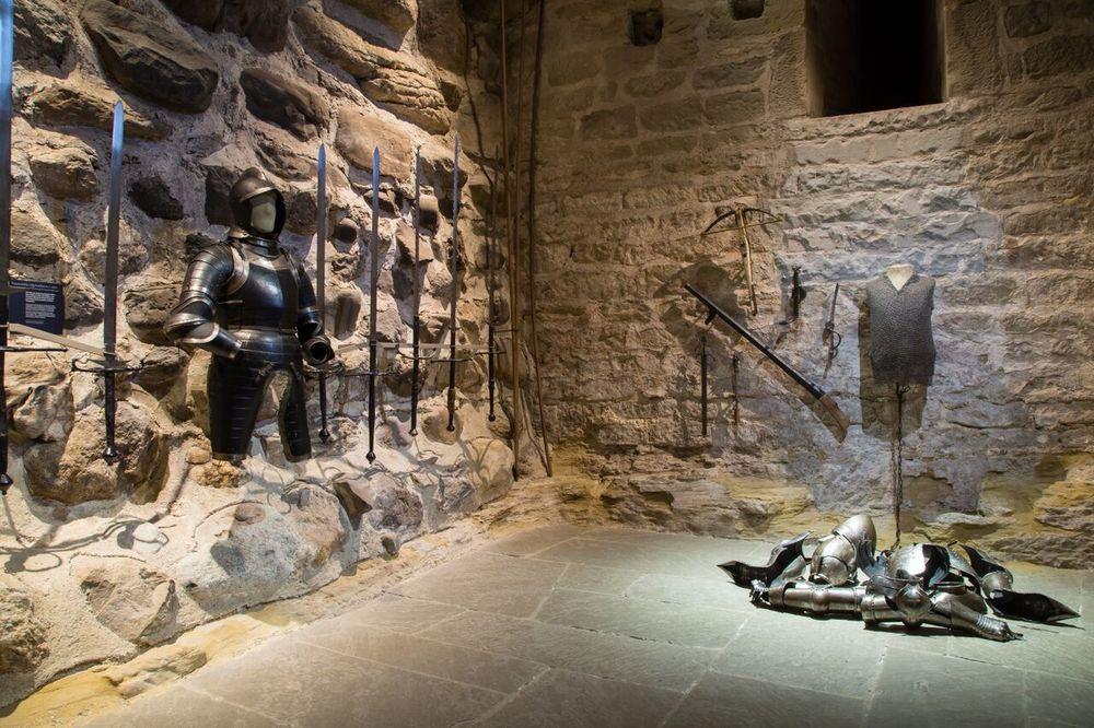 Schloss-Waffenkammer.jpg