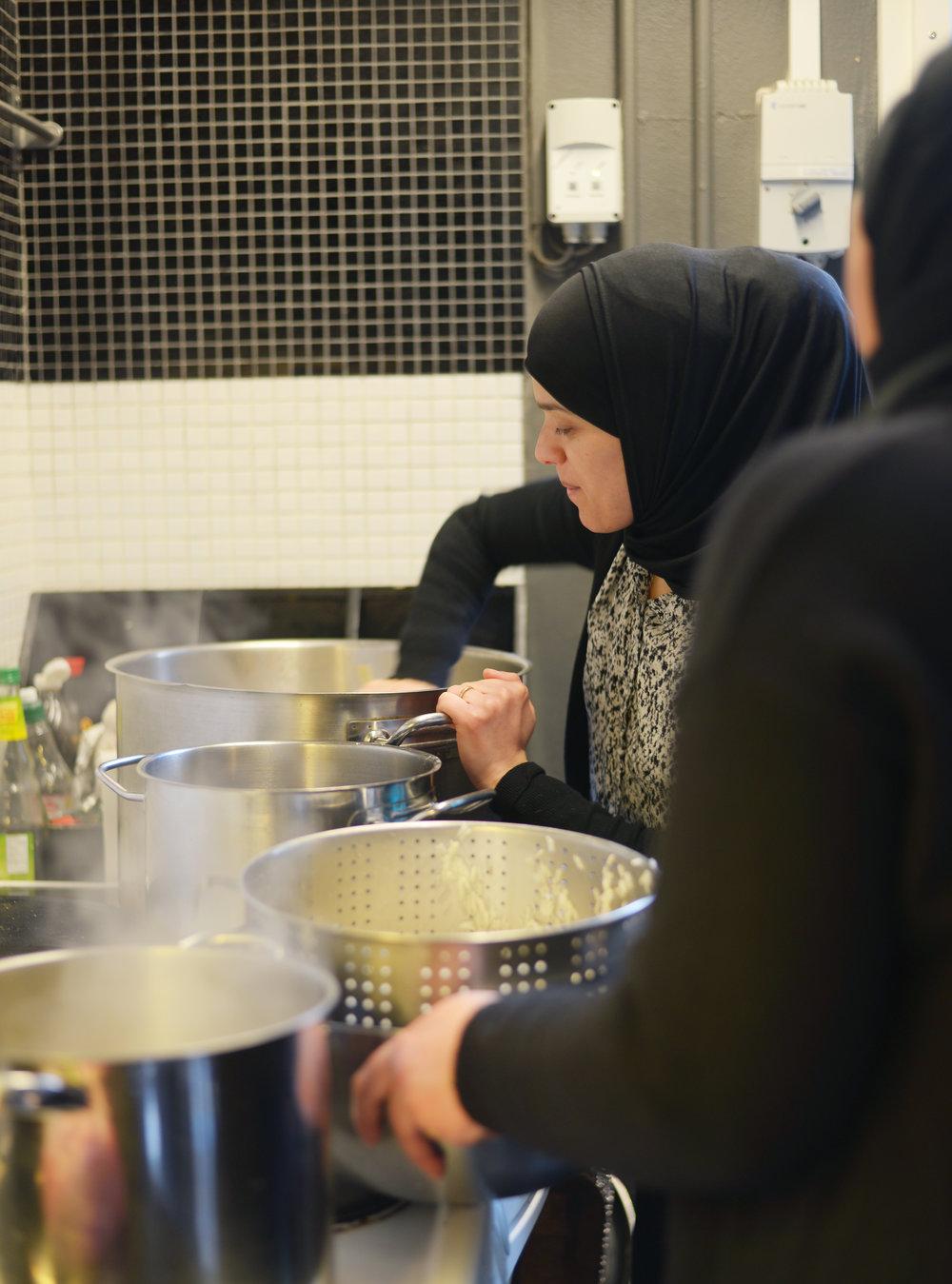 Vores fællesskab vokser, og det samme gør presset på vores køkken! Vi drømmer om et køkken med plads til et helt madlavningshold, hvor der ikke er nogen ødelagte kogeplader, og med en opvaskemaskine som ikke er 45 minutter om at blive færdig. Hvis du donerer 500 kr., kan du hjælpe os med at investere i et nyt køkken.